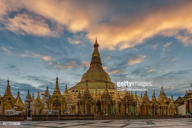 shwedagon pagoda - pagode stock-fotos und bilder