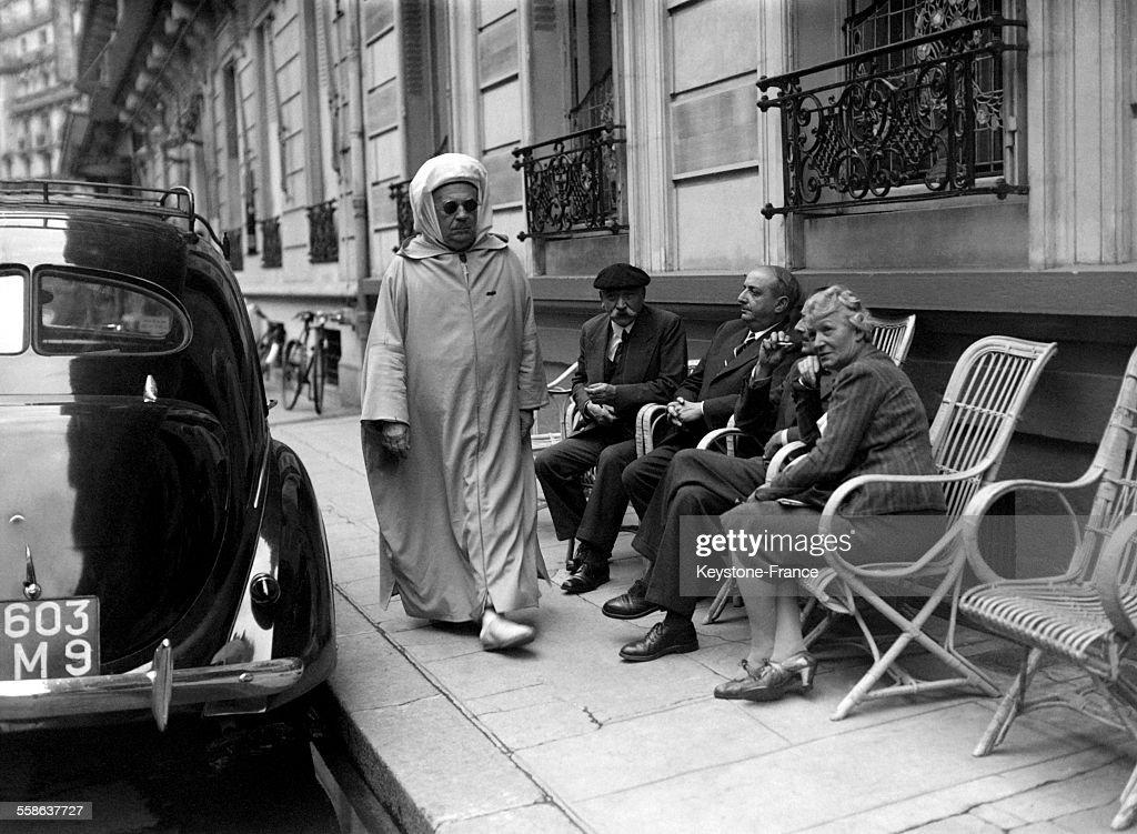 Si Kaddour Benghabrit, représentant du sultan du Maroc, se promenant... Photo d'actualité - Getty Images
