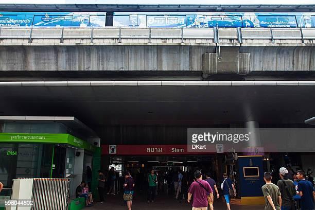サイアムbtsスカイトレイン駅 - バンコク・スカイトレイン ストックフォトと画像