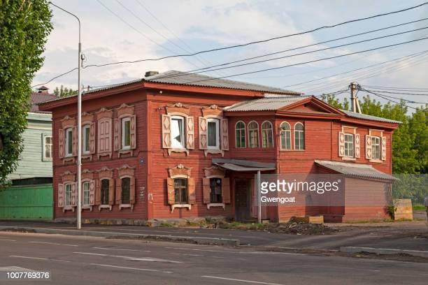 siberische houten huis in irkoetsk - gwengoat stockfoto's en -beelden