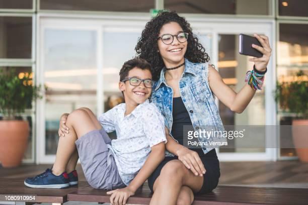frère selfie - lunettes de vue photos et images de collection