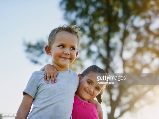 broers en zussen en beste vrienden - broer stockfoto's en -beelden