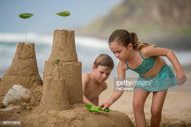 Frères et sœurs de construire un château de sable