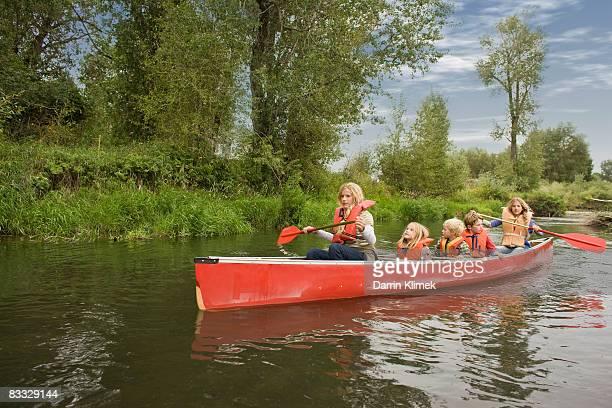 Geschwister Kanufahren auf den Fluss