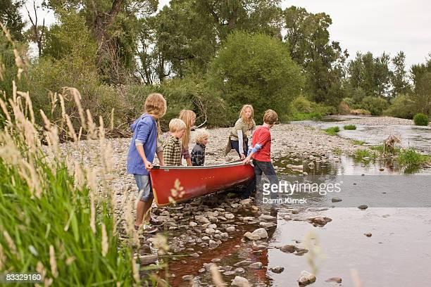 Fratelli in canoa sul fiume
