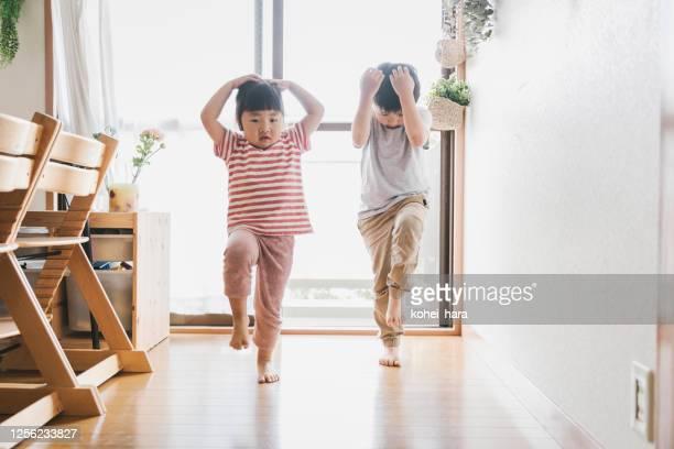 家で踊るきょうだい - 兄弟 ストックフォトと画像