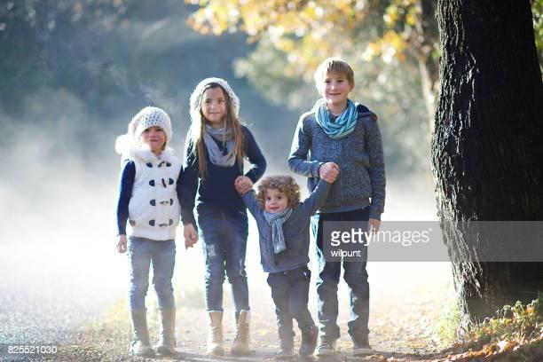 Frères et sœurs dans la scène d'hiver brumeux