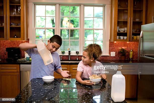 Geschwister in der Küche Essen Frühstück