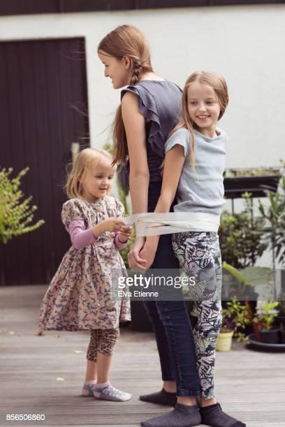 siblings - junge gefesselt stock-fotos und bilder