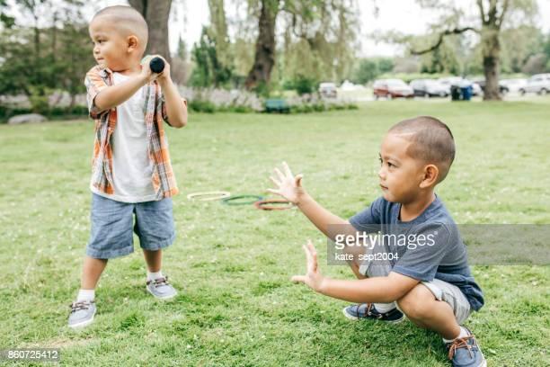 broers en zussen spelen honkbal - honkbal teamsport stockfoto's en -beelden