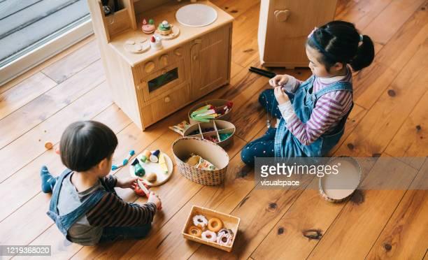 一緒に遊ぶ兄弟 - 兄弟 ストックフォトと画像
