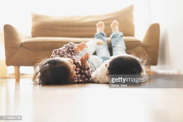 家でリラックスした兄弟 - 兄弟 ストックフォトと画像