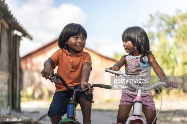 hermanos, andar en bicicleta en un lugar rural - américa del sur fotografías e imágenes de stock