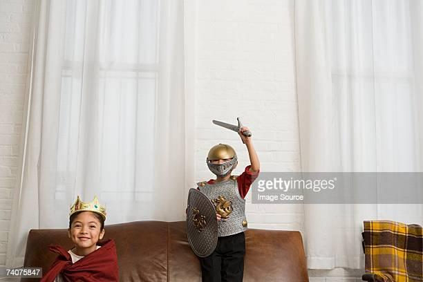 Geschwister tragen Kostüme