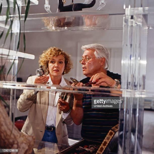 Sicher ist sicher Krimisererie Deutschland 1993 Folge Wenn ein Chirurg zum Beil greift Darsteller Gila von Weitershausen Peter Weck