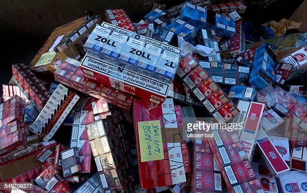 Sichergestellte Schmuggelzigaretten des Hauptzollamtes Stralsund liegen in einem Behaelter zur Vernichtung Bei dieser letzten Zigarettenvernichtung...