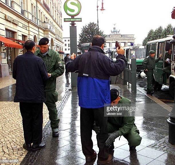 Sicherheitsvorkehrungen anlässlich der Demonstration gegen den Staatsbesuch von Mohammed Khatami Staatspräsident Iran Polizisten bei der...