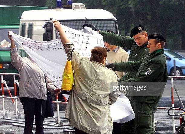 Sicherheitsvorkehrungen anlässlich der Demonstration gegen den Staatsbesuch von Mohammed Khatami, Staatspräsident Iran: Polizisten begutachten...
