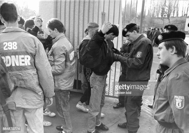 Sicherheitsvorkehrungen der Schutzpolizei vor einem Fussballspiel der Oberliga Stichprobenartige Leibesvisitationen am Eingang des...