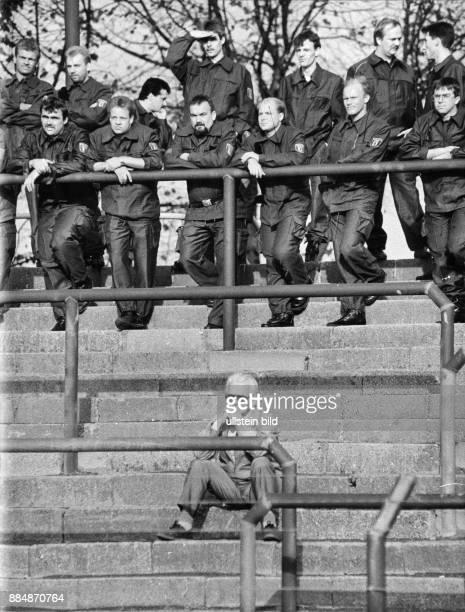 Sicherheitsvorkehrungen während eines Fussballspiels der Oberliga Nordost Schutzpolizei im Einsatz Oktober 1990
