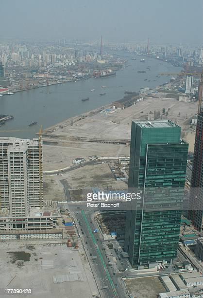 Sicht auf Shanghai Baustelle Fluss Huangpu Yangpu Brücke Blick vom Oriental Pearl Tower Stadtteil Pudong Shanghai China Asien Schiff Boot...