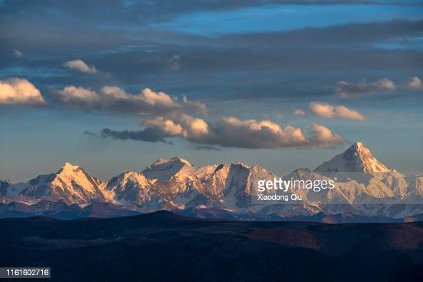 sichuan gongga mountain at dusk - mountain range stock pictures, royalty-free photos & images