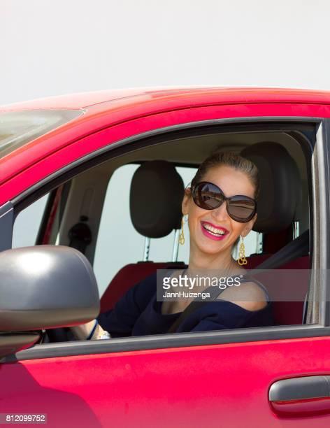 Sizilien: Schicke Blond sizilianischen Frau im roten Auto