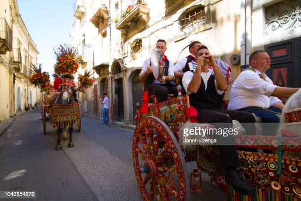 sicily, italy: musicians in traditional sicilian cart - catania stock pictures, royalty-free photos & images