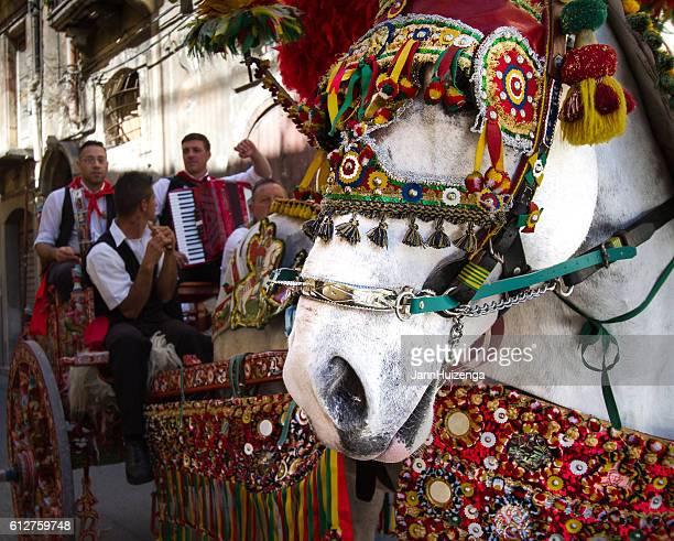 sicily, italy: tradtitional decorated horse and cart, musicians, vizzini festival - sicilia fotografías e imágenes de stock