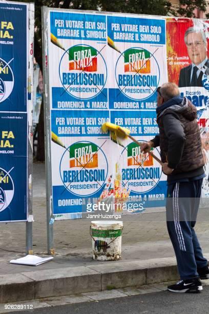 Sizilien, Italien: Arbeiter mit Besen, politische Plakate aufstellen