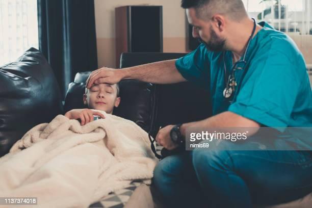 niño enfermo en casa - epidemia fotografías e imágenes de stock