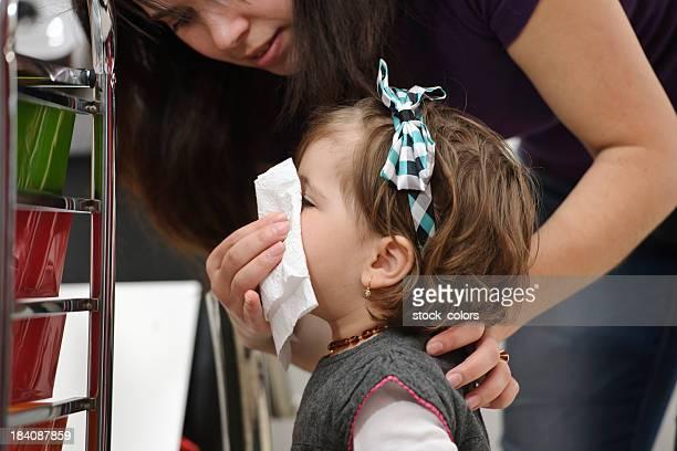 sick little niña - sonarse fotografías e imágenes de stock