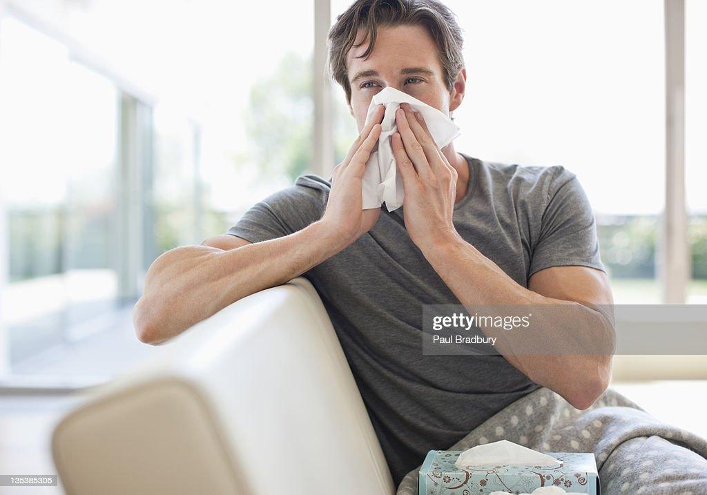 Homem doente Assoando o nariz : Foto de stock