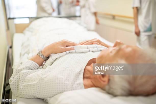 Zieke man op ziekenhuis gurney