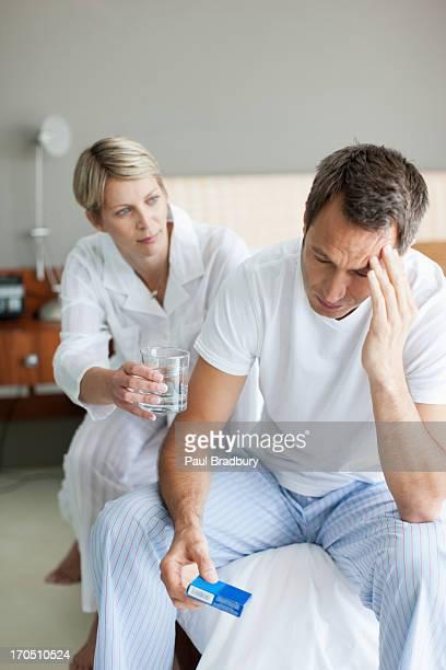 Kranken Mann Medikament nehmen