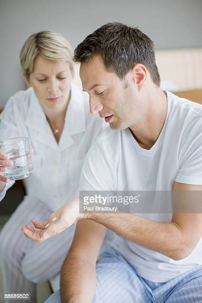 kranken mann medikament nehmen - dosis stock-fotos und bilder