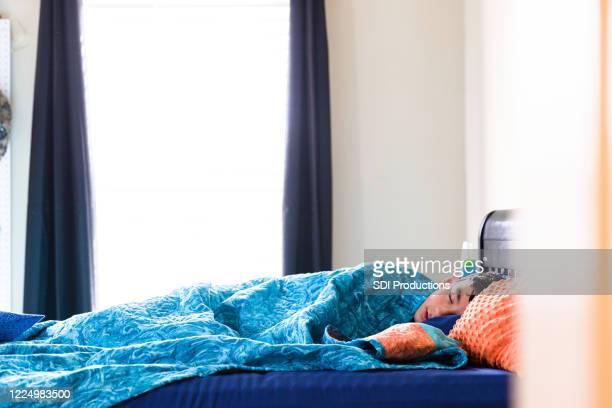 病気の10代の少年は遅く眠る - 男子生徒 ストックフォトと画像