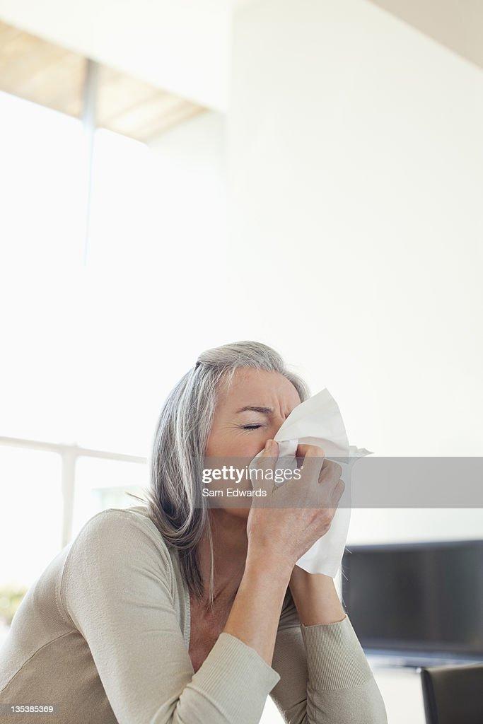 Femme son nez de soufflage malade : Photo