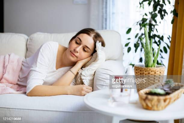 sjuk kvinna som har influensa eller förkylning. - immunsystem bildbanksfoton och bilder