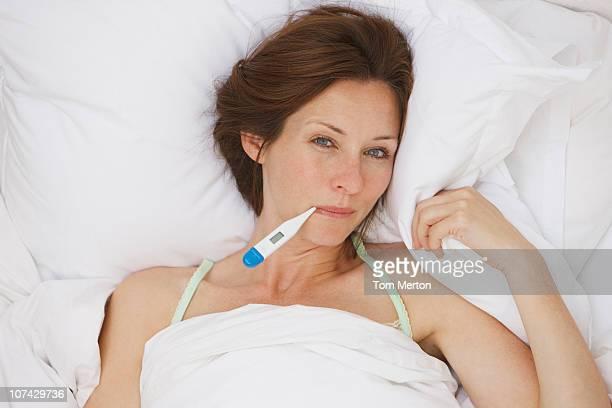 Kranke Frau, die Temperatur bei digital thermometer