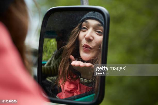 seite spiegelbild der jungen frau im auto - kussmund stock-fotos und bilder