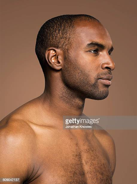 side portrait of a dark skinned male - naakte man en profiel stockfoto's en -beelden