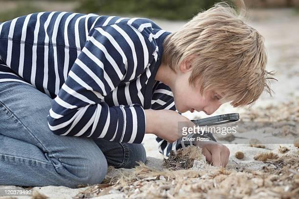side portrait of a young boy on the beach - solo un bambino maschio foto e immagini stock
