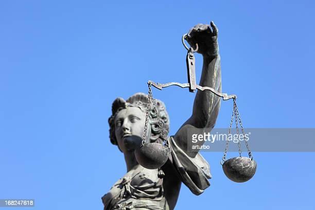 Un retrato de Lady justicia contra el cielo azul
