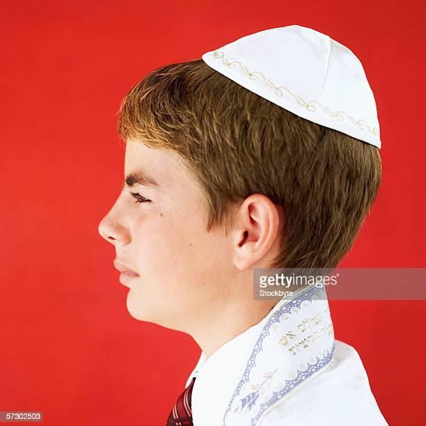 Side profile of a Jewish boy (11-13) wearing a kippot