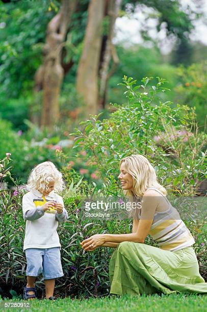 side profile of a mother with her daughter in a park - girls with short skirts - fotografias e filmes do acervo