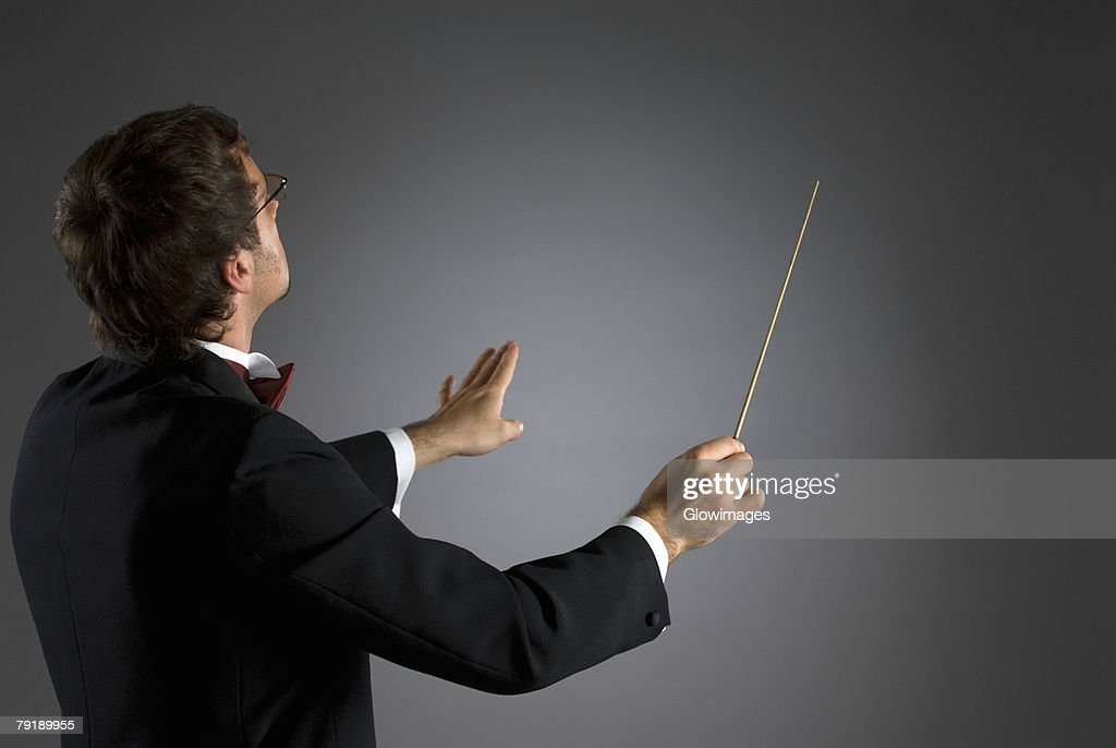 Side profile of a music conductor performing : Foto de stock