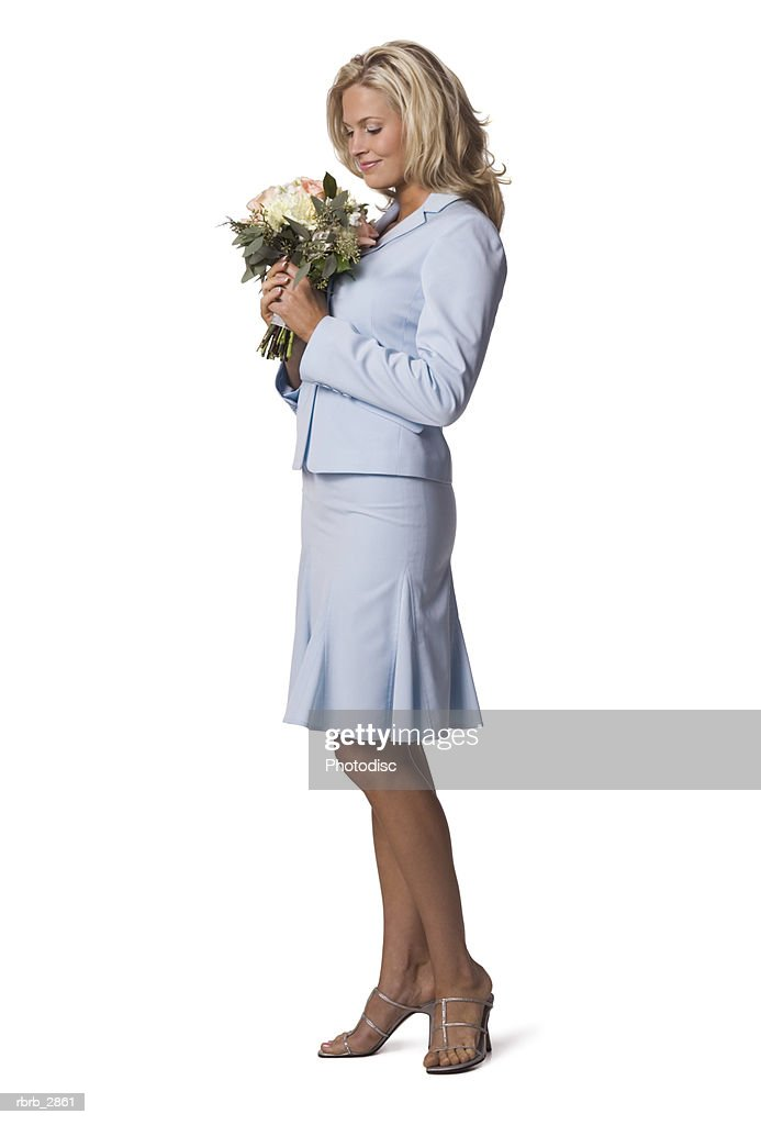 Side profile of a young woman holding a bouquet of flowers : Foto de stock