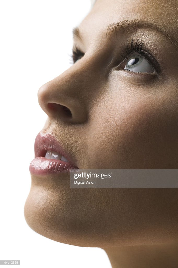 Side profile of a young woman looking up : Foto de stock