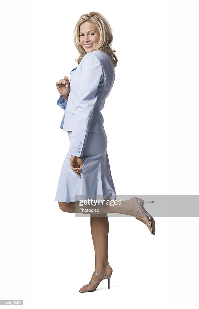 Side profile of a young woman standing with a leg raised : Stockfoto
